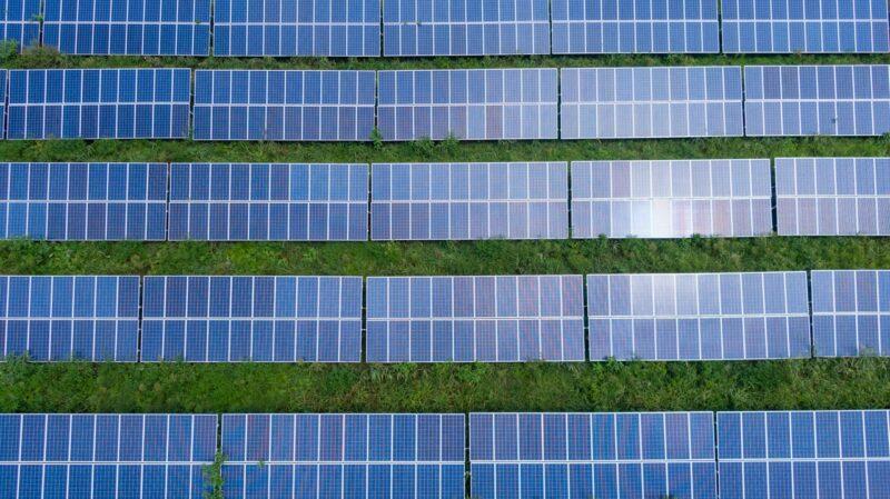 Güneş Panellerinin Güneşli Havadan Görünümü.